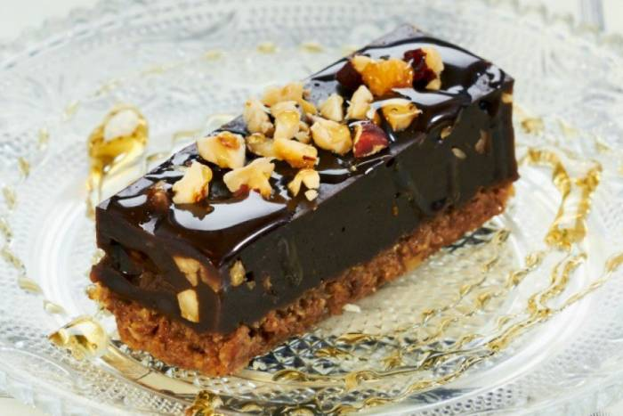 kolac-s-rogacem-lazna-cokolada