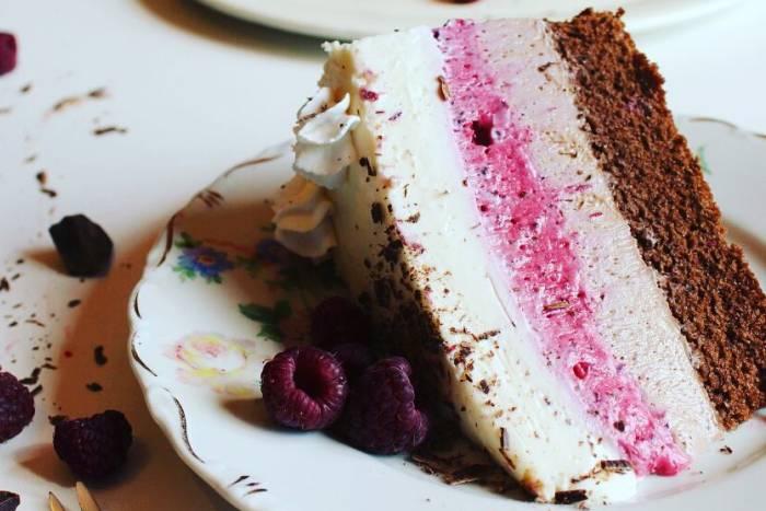 Trobojna torta sa šumskim voćem